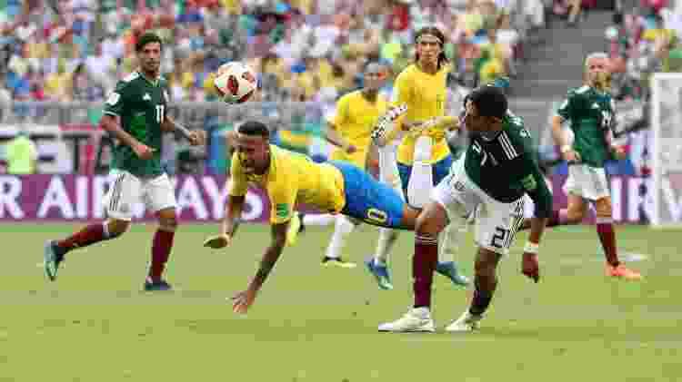 Edson Alvarez chega atrasado na jogada e atinge Neymar com força - Getty Images - Getty Images
