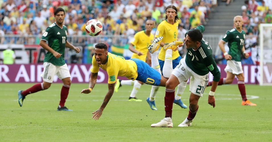 Edson Alvarez chega atrasado na jogada e atinge Neymar com força
