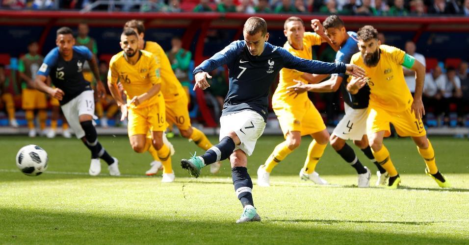 Após decisão vista no VAR, Griezmann cobrou o pênalti e marcou para a França