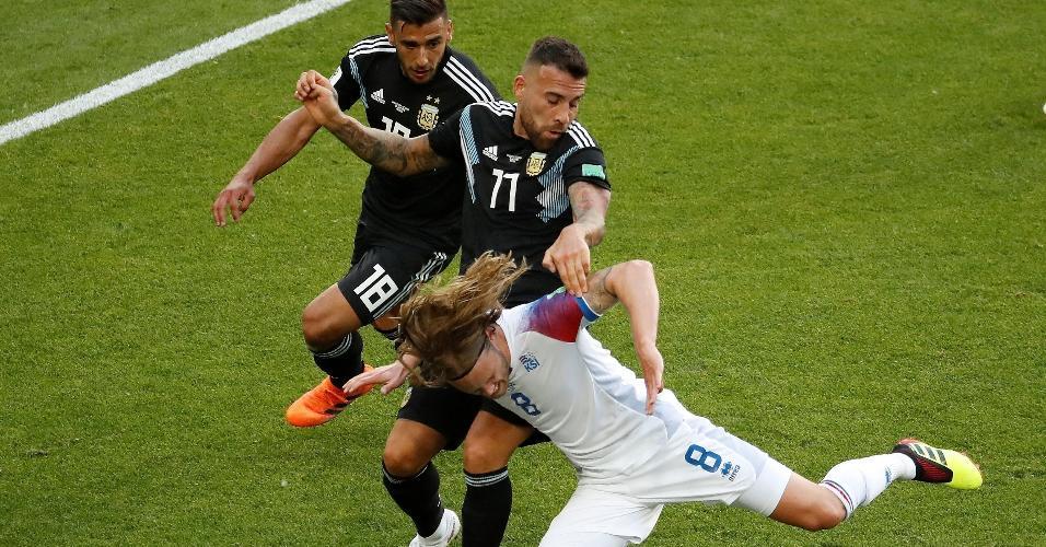 Birkir Bjarnason, da seleção da Islândia, recebe forte marcação de Nicolas Otamendi e Eduardo Salvio, da Argentina