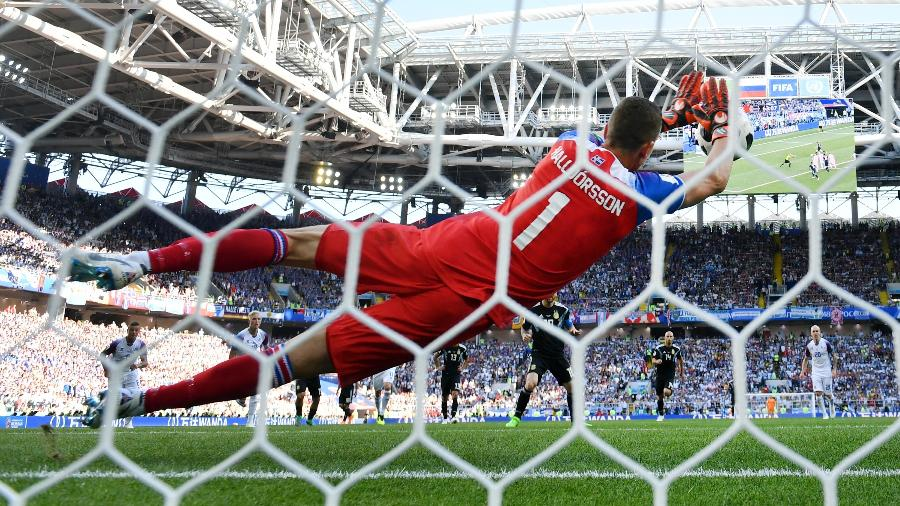 Goleiro da Islândia, Hannes Halldorsson defende pênalti cobrado por Lionel Messi - Ryan Pierse/Getty Images