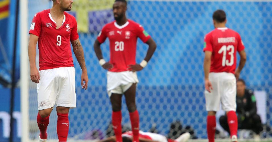 Haris Seferovic e jogadores da Suíça lamentam a derrota por 1 a 0 e eliminação nas oitavas