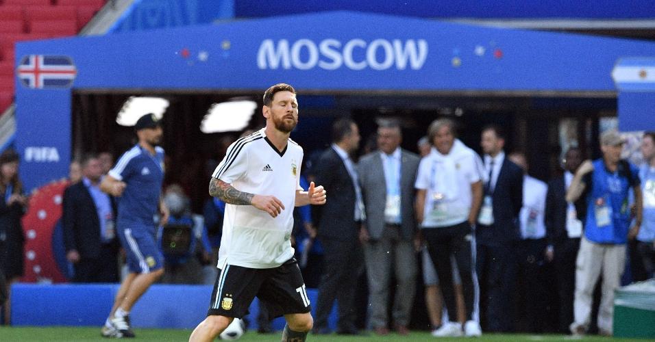 Lionel Messi aquecendo antes do duelo contra a Islândia