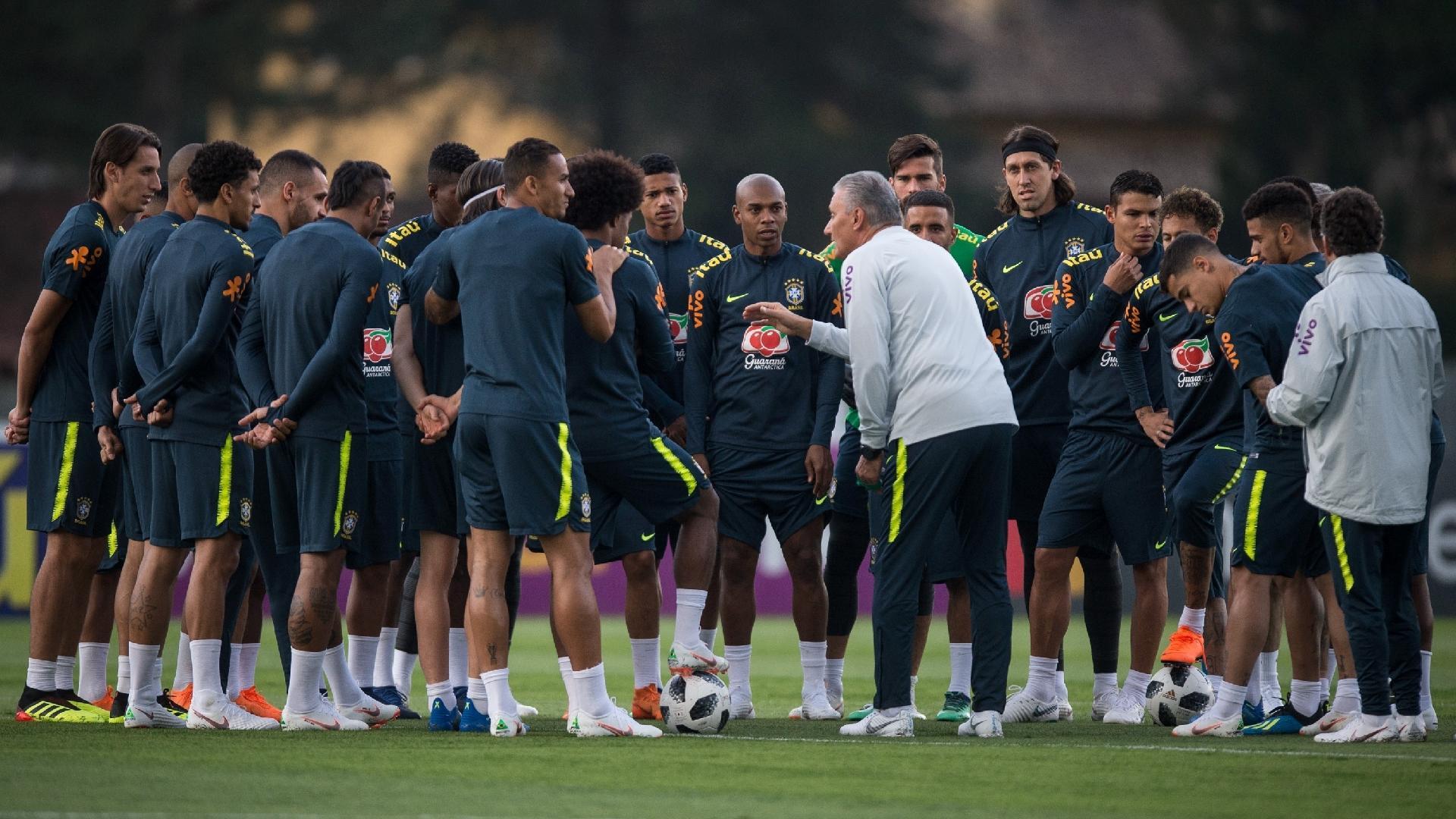 Tite orienta jogadores durante o treino aberto da seleção brasileira