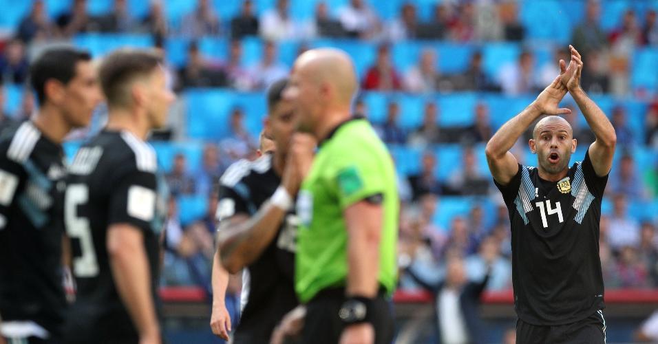 Javier Mascherano, da seleção da Argentina, reclama de toque de mão da Islândia dentro da área