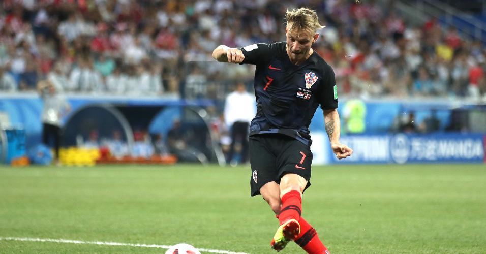 Ivan Rakitic, da Croácia, arrisca chute de fora da área contra a Dinamarca
