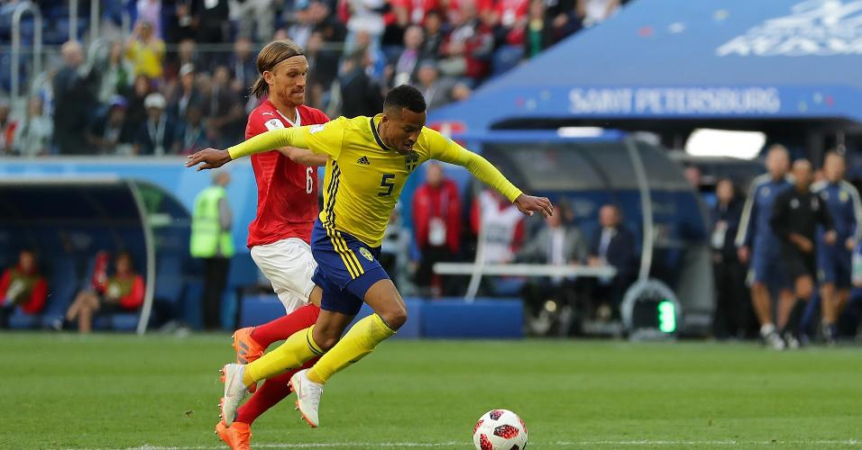 O suíço Michael Lang faz falta no sueco Martin Olsson no final da partida