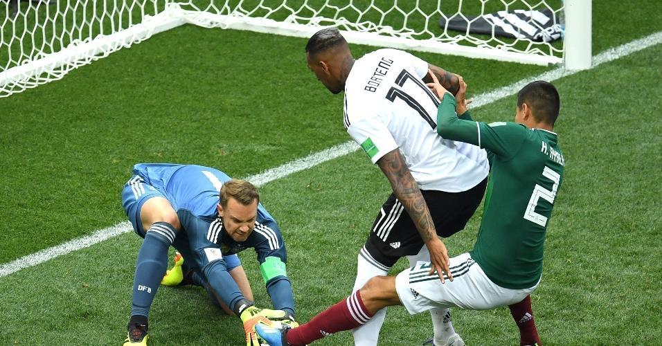 Goleiro da Alemanha, Manuel Neuer defende tentativa de Hugo Ayala, do México