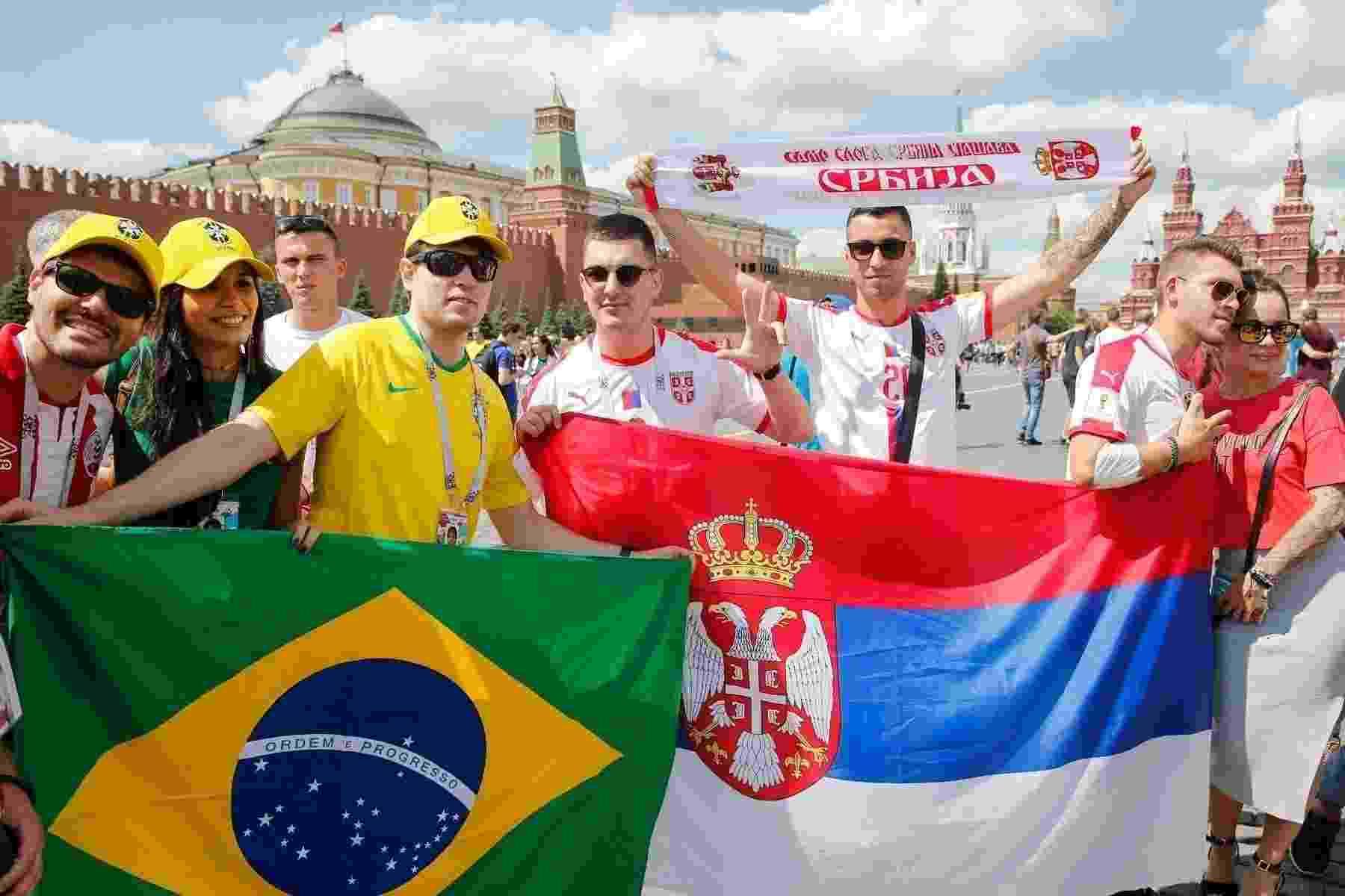 Torcedores brasileiros e sérvios se encontram nos arredores do estádio - AFP PHOTO / Maxim ZMEYEV