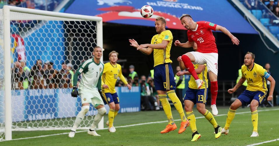 Josip Drmi?, da Suíça, tenta cabeceio marcado por jogadores da Suécia