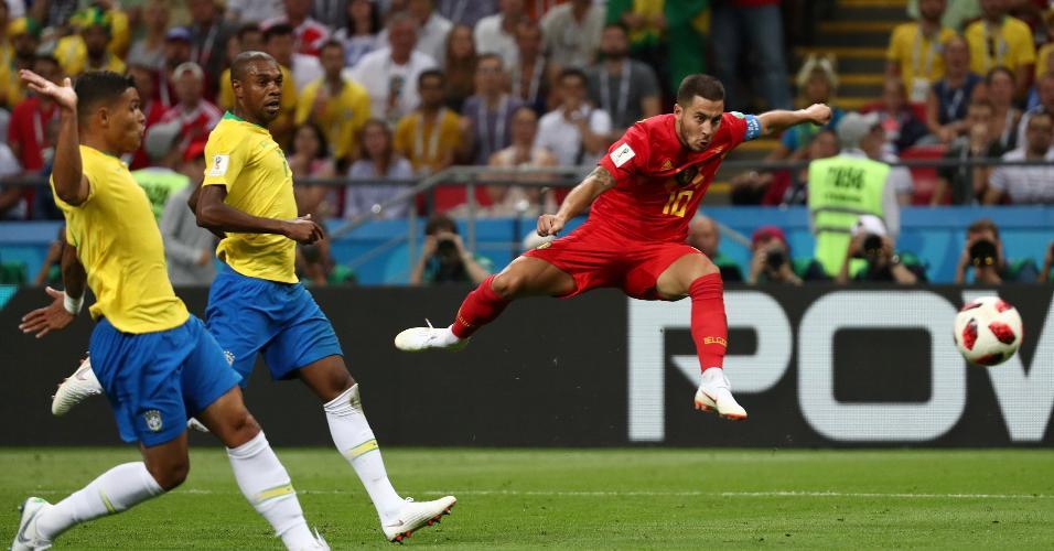 Eden Hazard é observado por Fernandinho e Thiago Silva no duelo entre Brasil e Bélgica