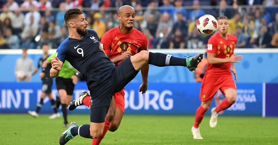 Olivier Giroud, da França, recebe pressão de Vincent Kompany, da Bélgica