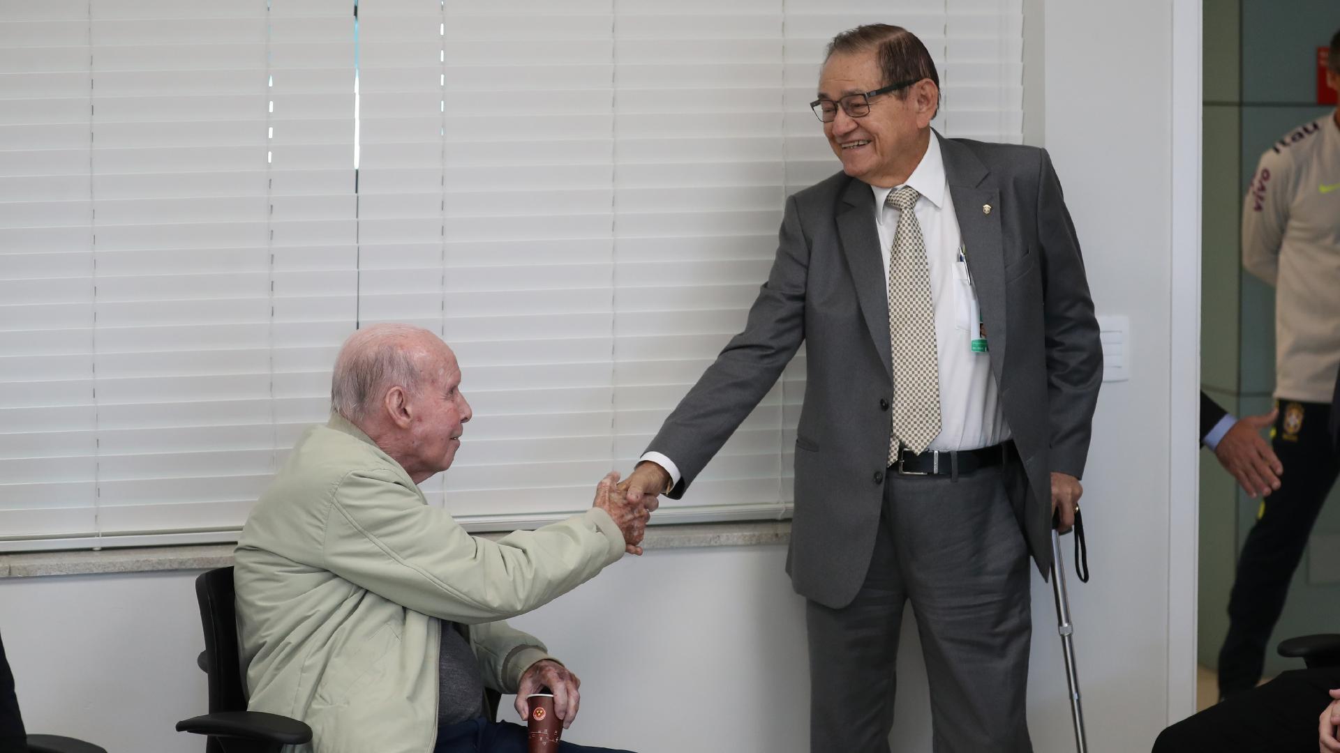 Zagallo cumprimenta Coronel Nunes, vice-presidente da CBF