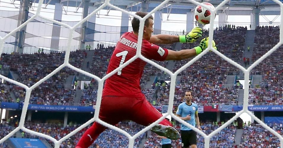 Griezmann chuta de fora da área e Muslera comete falha bisonha. França faz o segundo gol frente ao Uruguai