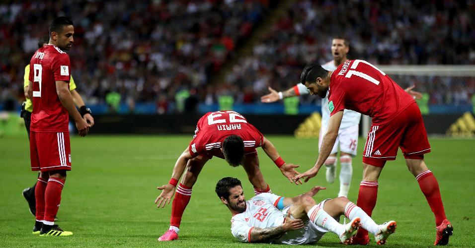 Ramin Rezaeian, do Irã, dá bronca em Isco após meia da Espanha ficar no chão