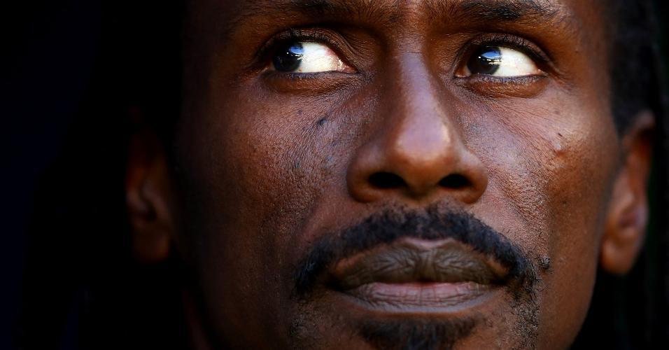 Aliou Cisse, técnico de Senegal, assiste ao duelo contra a Colômbia