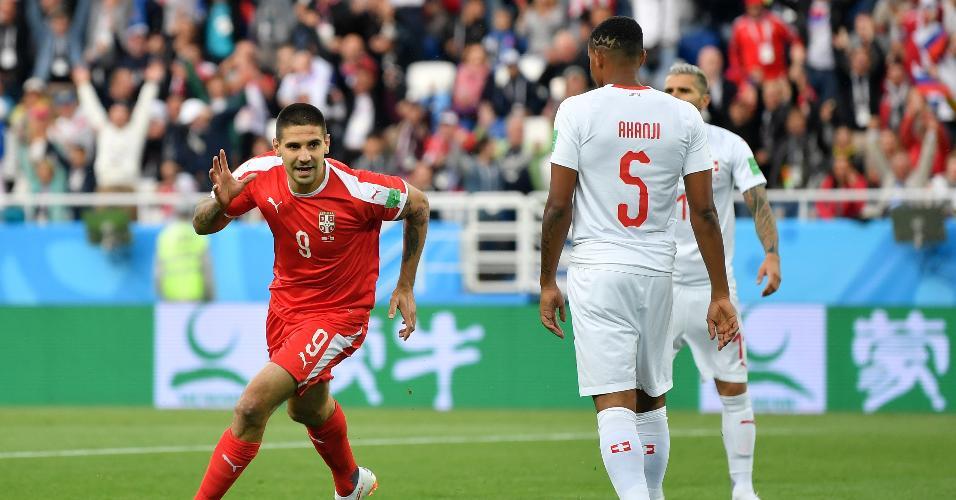 Aleksandar Mitrovic comemora gol da Sérvia contra a Suíça