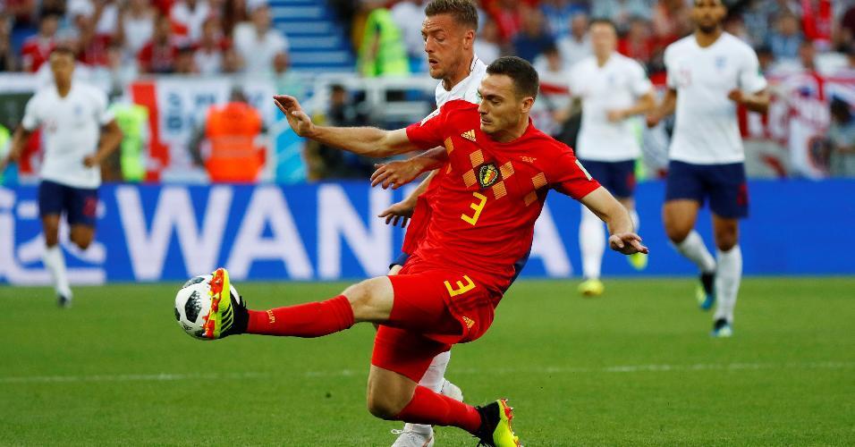 Thomas Vermaelen, da Bélgica, se antecipa ao atacante Jamie Vardy, da Inglaterra