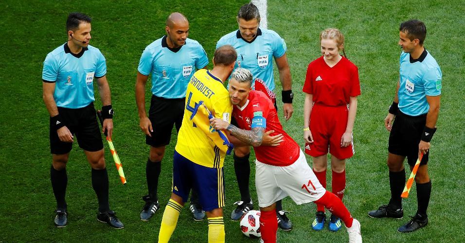 Os capitães de Suécia, Andreas Granqvist, e Suíça, Valon Behrami,cumprimentam-se antes do jogo