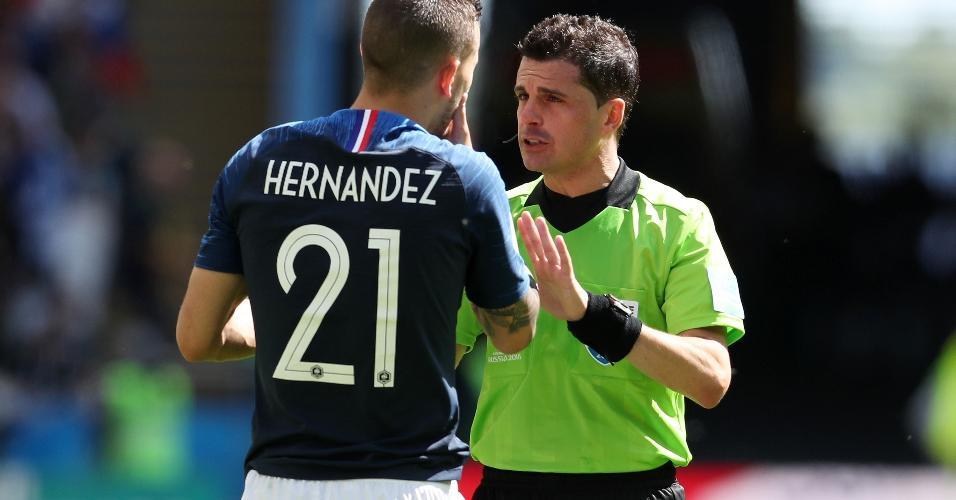 Hernandez conversa com o árbitro uruguaio Andres Cunha