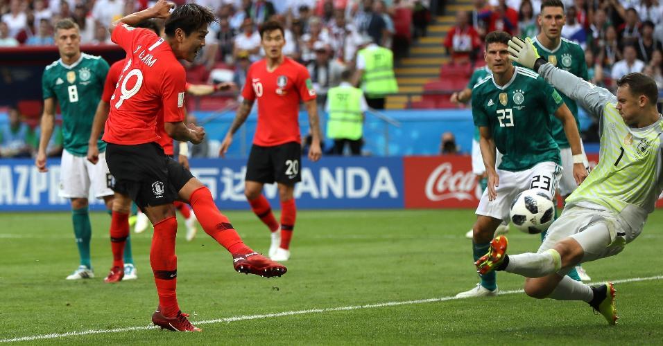 Younggwon Kim chuta para marcar o primeiro gol da Coreia contra a Alemanha