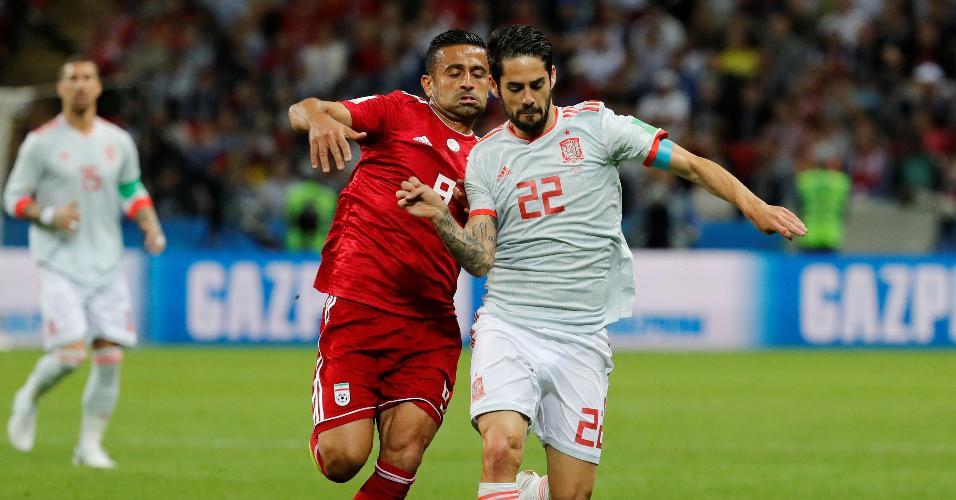 Isco, da Espanha, tenta passar pela marcação de Omid Ebrahimi, do Irã