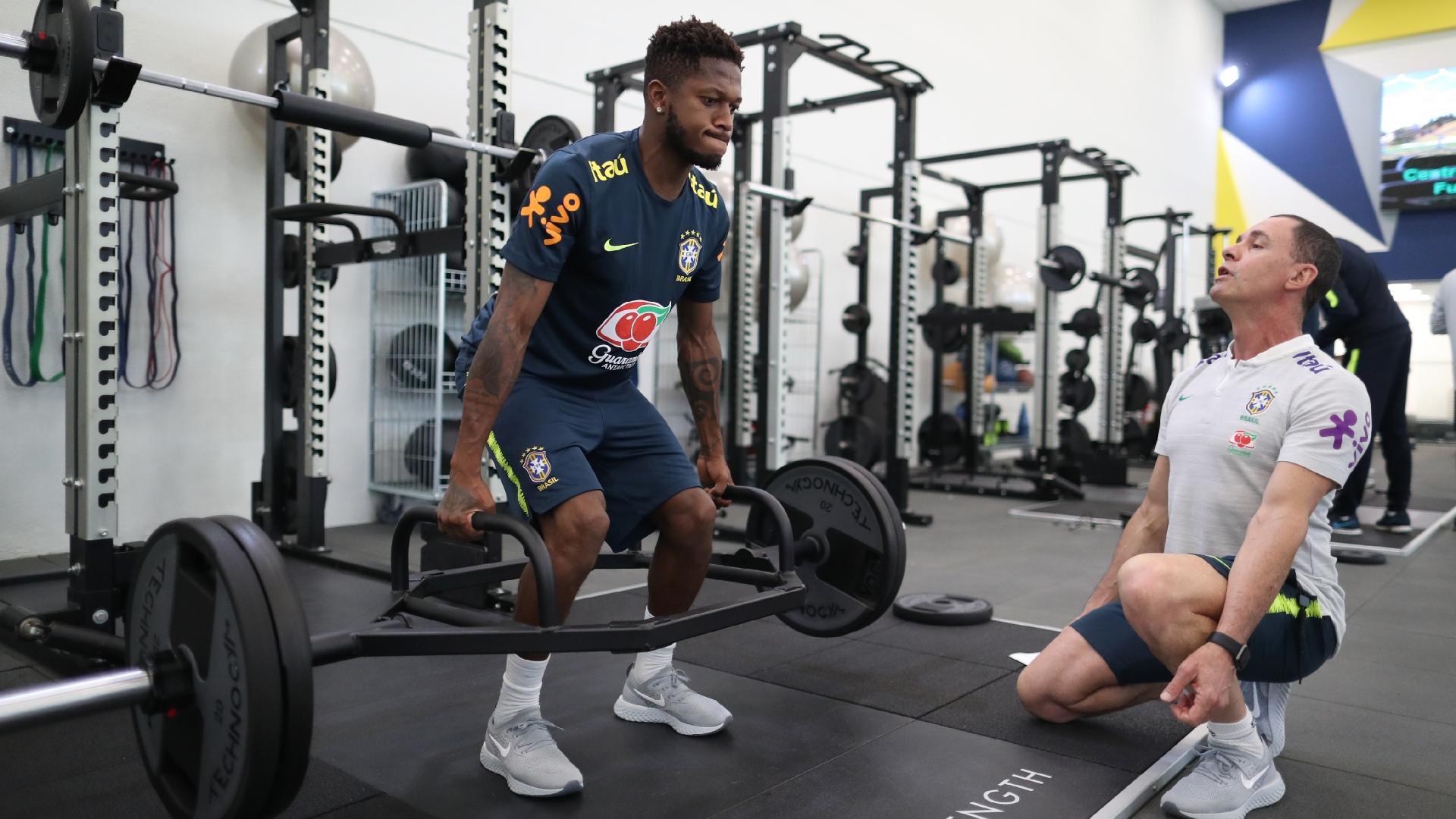Fred participa de treino físico na academia da Granja Comary