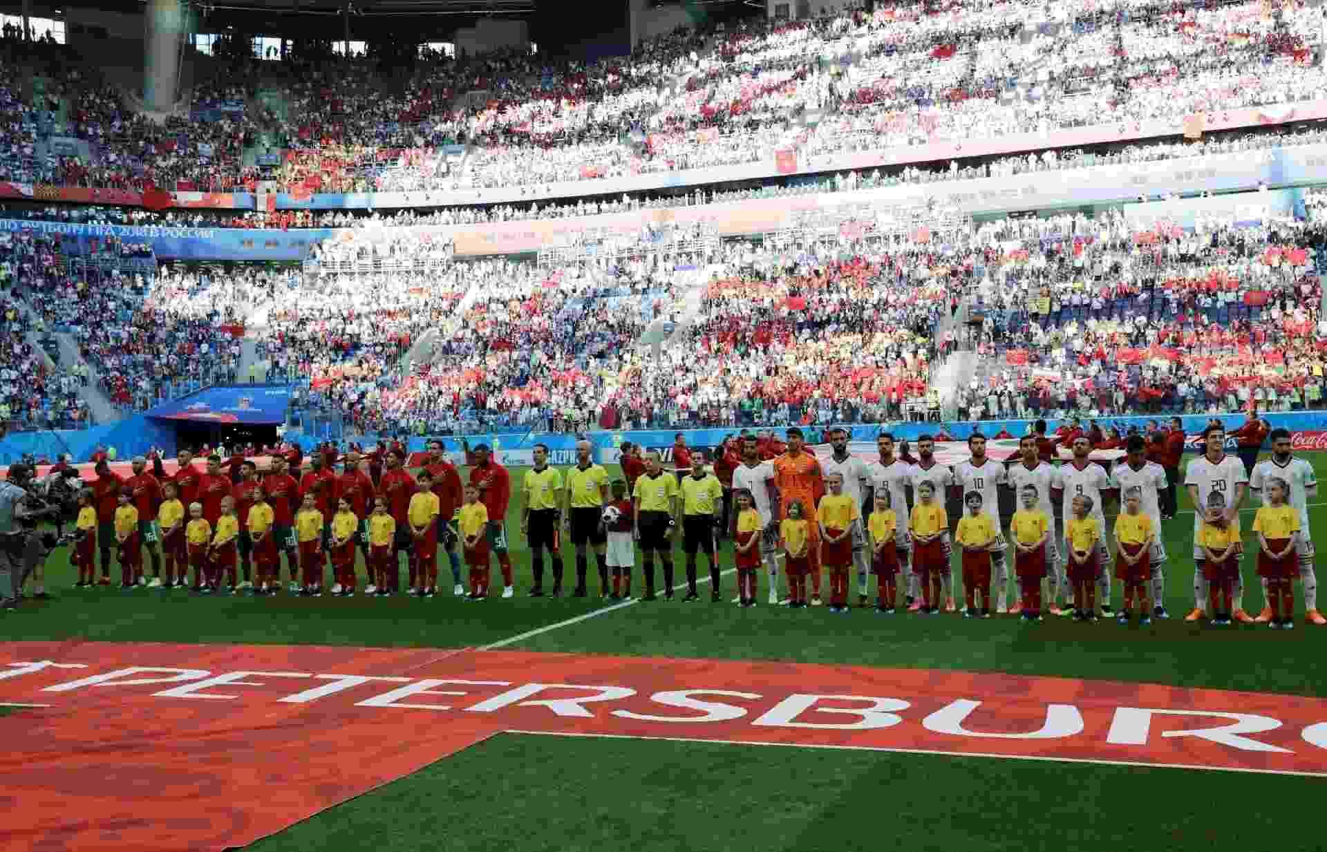 Jogadores de Marrocos e Irã enfileirados - HENRY ROMERO/REUTERS