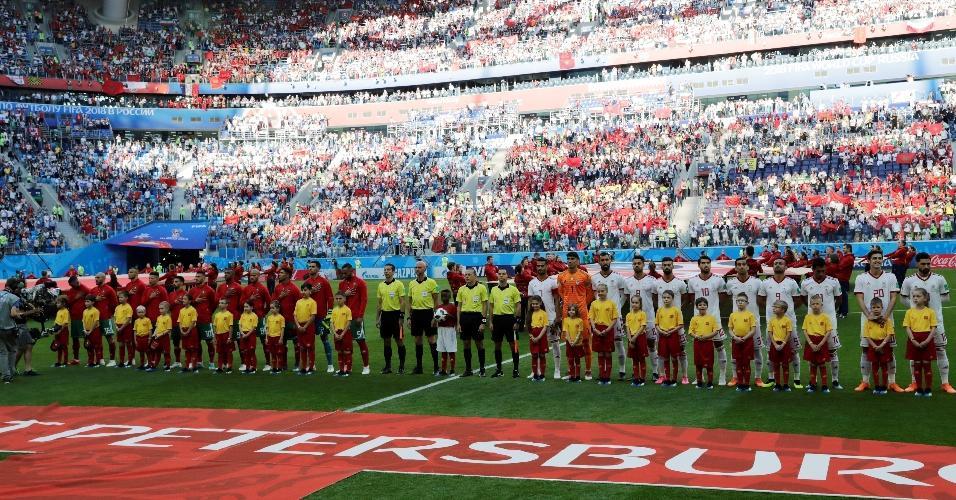 Jogadores de Marrocos e Irã enfileirados