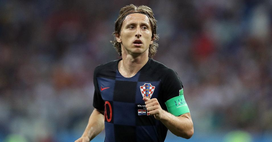 Luka Modric aparece para receber a bola no duelo entre Croácia e Dinamarca