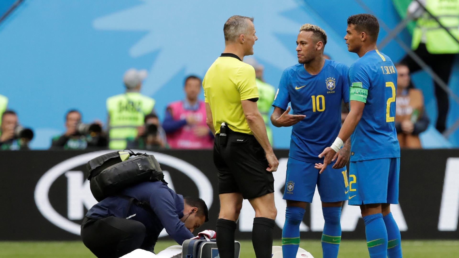 Neymar e Thiago Silva conversam com o árbitro durante a partida do Brasil contra a Costa Rica