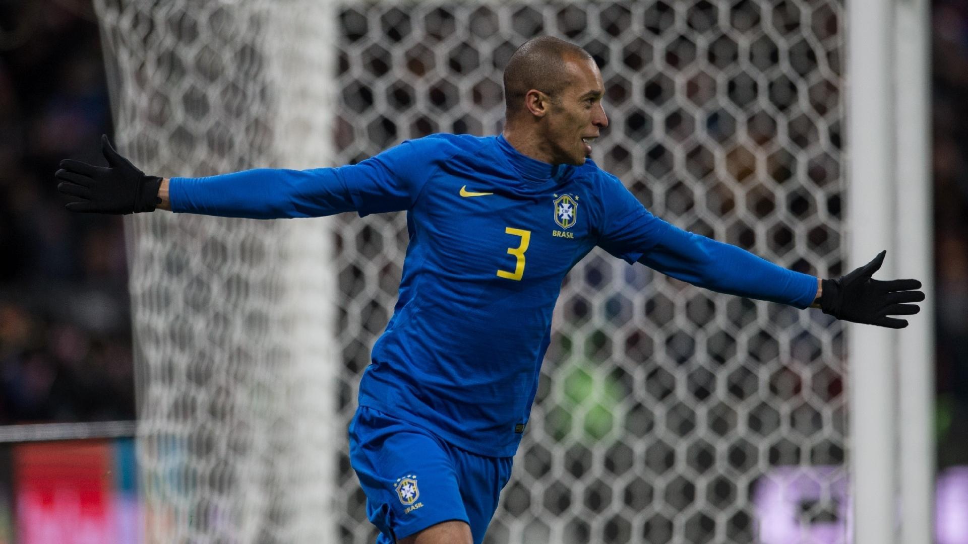 Miranda comemora o gol marcado para o Brasil contra a Rússia