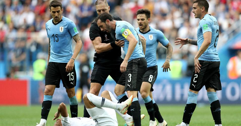 Godin e Suárez se irritam com queda de Mbappé, reclamam com o atacante francês e geram confusão entre os atletas de França e Uruguai