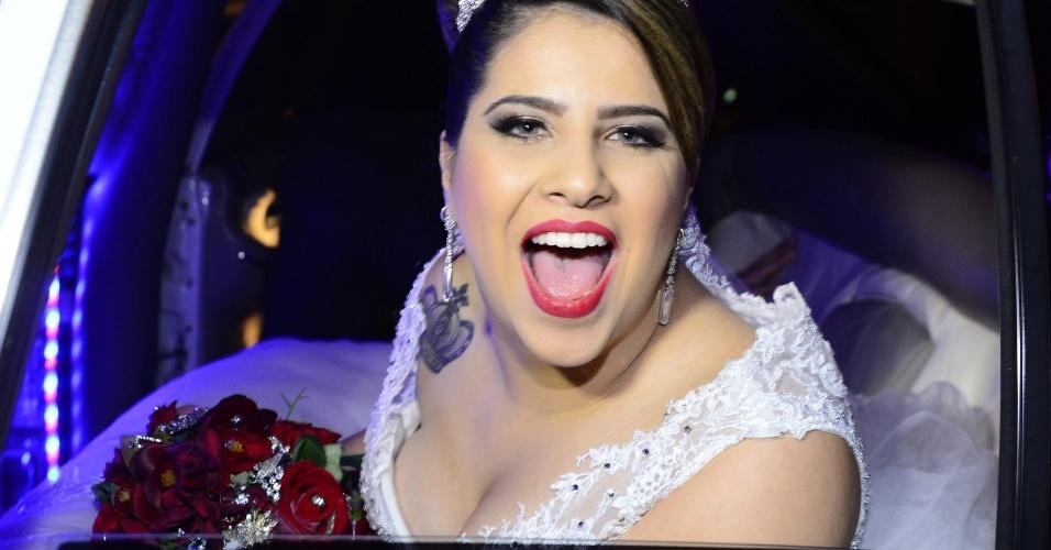 """6.jun.2015- Thaís chega sorridente para seu casamento com a cantora Neném: """"Estou muito nervosa, muito ansiosa e sensível"""""""