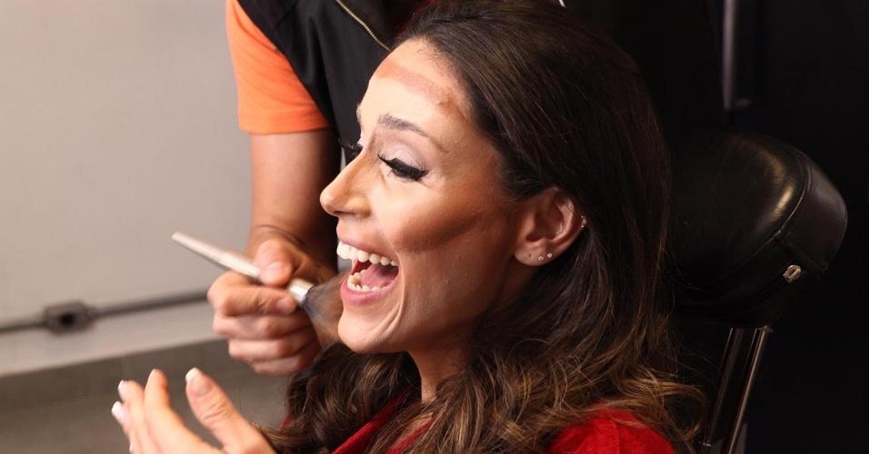 "Nadja Haddad aceita o desafio do programa ""Máquina da Fama"" e se transforma em Christina Aguilera"