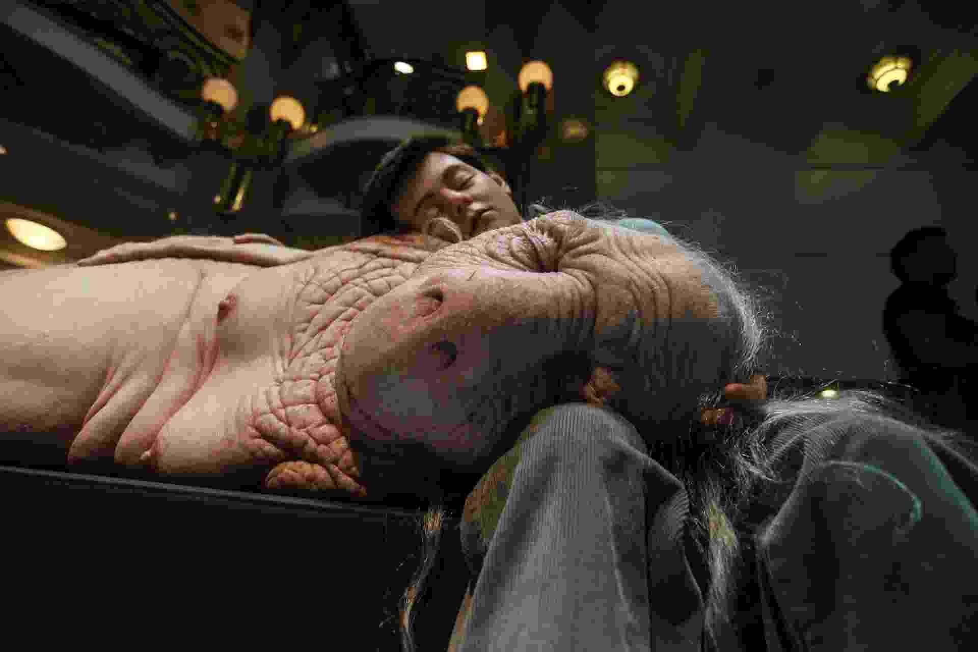 """12.out.2015 - Com criaturas geneticamente modificadas, a mostra """"Com-Ciência"""", de Patricia Piccinini, tem a curadoria de Marcello Dantas e ficará em cartaz até 4 de janeiro de 2016 no CCBB de São Paulo - Leonardo Benassatto/Futura Press"""