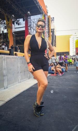 23.jan.2016 - A atriz Geisy Arruda aproveitou o calor para usar um look decotado no CarnaUOL, que acontece no Urban Stage, em São Paulo.