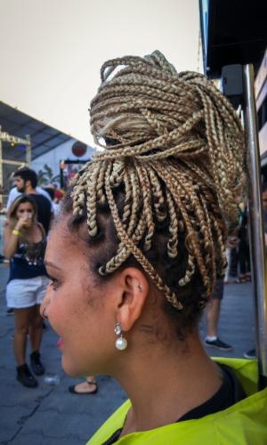 23.jan.2016 - A auxiliar de atendimento Márcia correia, 30, trabalhou bem o seu cabelo para não fazer feio no CarnaUOL, que acontece em São Paulo.