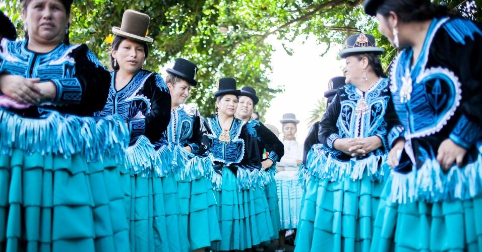 31.jan.2016 - Com fantasias e trajes típicos, comunidade boliviana comemora chance de praticar sua cultura no Brasil