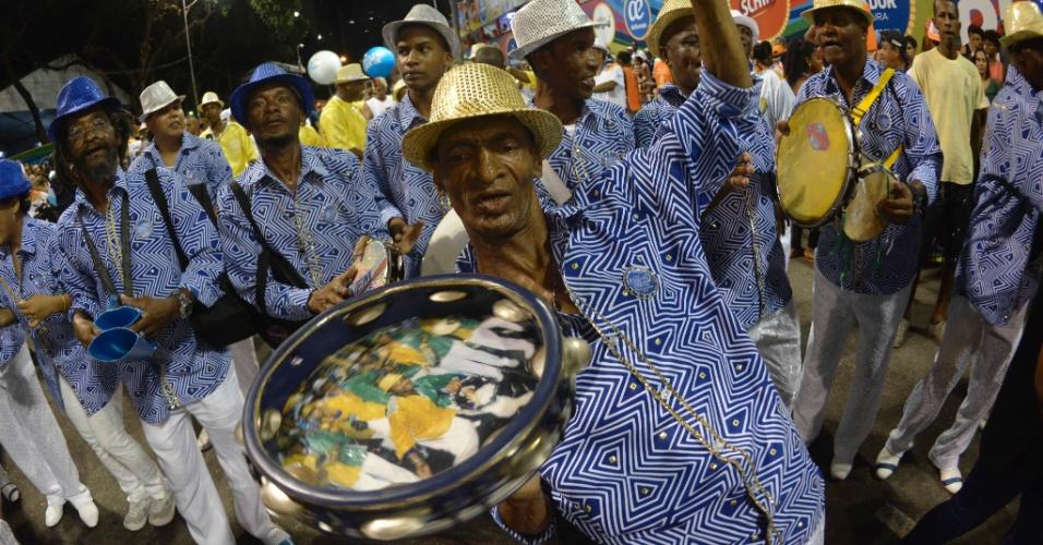 Sambistas acompanham bloco e animam a folia em Salvador
