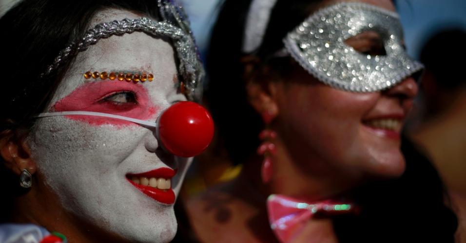 6.fev.2016 - Folionas mascaradas e com nariz de palhaço curtem o bloco Banda de Ipanema, no Rio