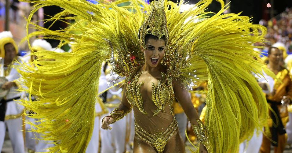 7.fev.2016 - A rainha de bateria Bianca Leão samba durante o desfile da União da Ilha