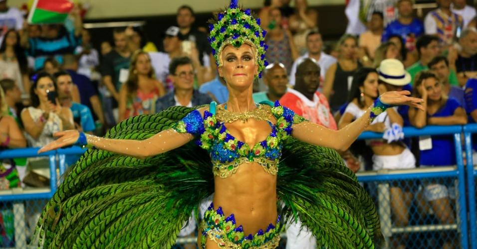 8.fev.2016 - A modelo Renata Kuerten estreia como destaque pela Grande Rio, na madrugada desta segunda-feira
