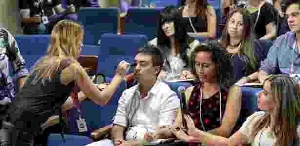 """Jornalistas são maquiados antes do início das gravações de uma cena de """"Cúmplices de um Resgate"""" - Lourival Ribeiro/SBT - Lourival Ribeiro/SBT"""