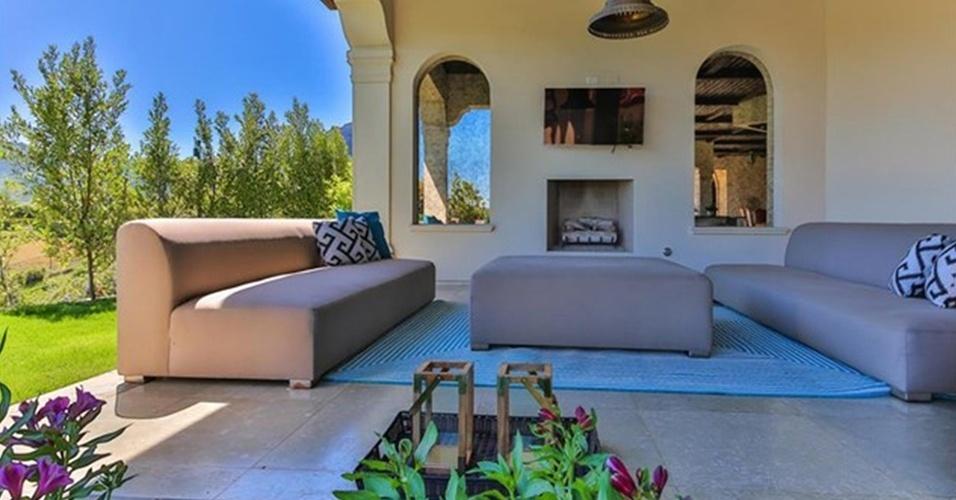 A varanda conta ainda com sofás para que o morador possa aproveitar o sol da Califórnia, nos Estados Unidos. Velas e uma lareira compõem o espaço de lazer da casa da cantora Britney Spears, que está à venda por R$ 32 milhões