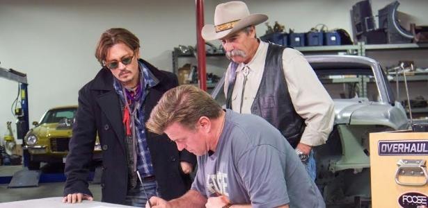 Johnny Depp, o ex-sogro (pai de Amber Heard) e Chip Foose em ação no Overhaullin - Divulgação