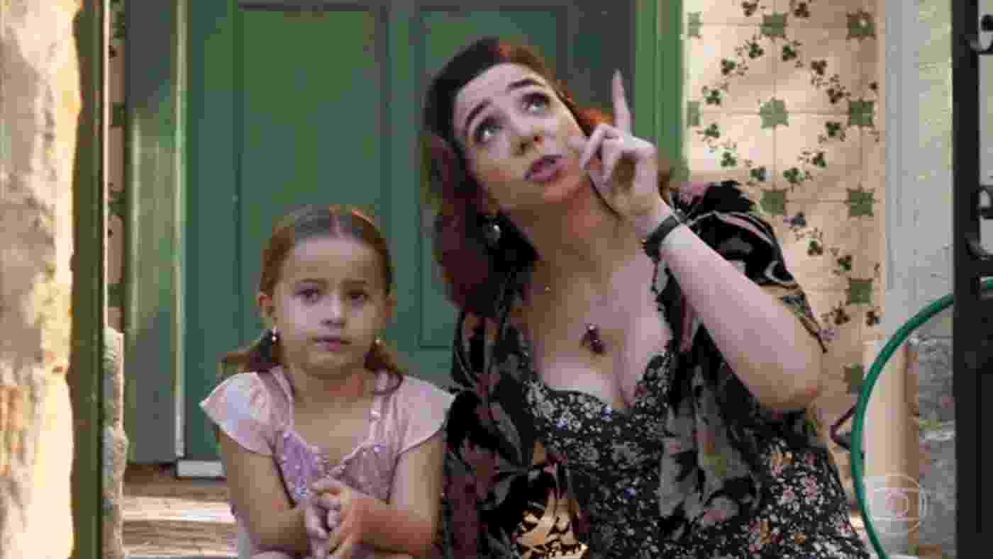 """Francesca (Marisa Orth) conta para a filha Tancinha (Yasmin Pereira) que o pai dela morreu na estreia de """"Haja Coração"""" - Reprodução/TV Globo"""