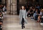 Moda em Paris leva às passarelas homens ora frágeis, ora poderosos - AFP