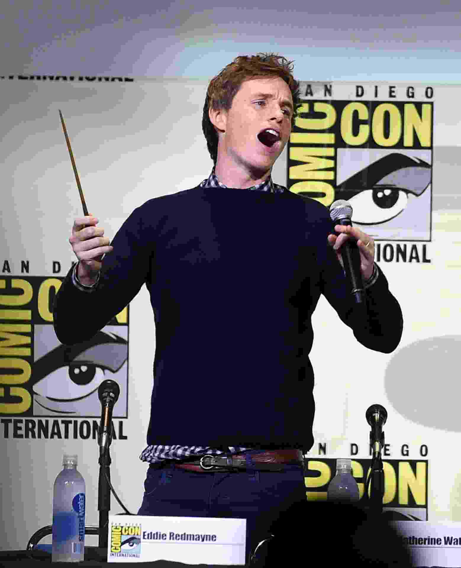 "23.jul.2016 - Eddie Redmayne comanda plateia da San Diego Comic-Con durante painel de ""Animais Fantásticos"" - Kevin Winter/Getty Images/AFP"