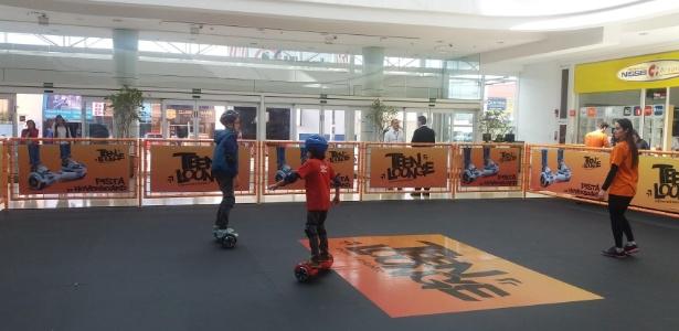 Crianças se divertem em pista de hoverboard elétrica - Divulgação